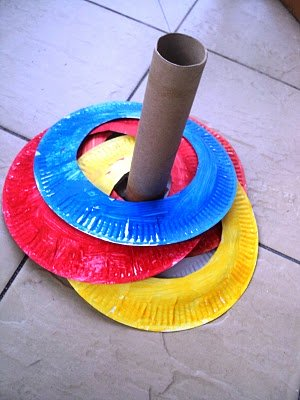 juego infantil con platos de plastico