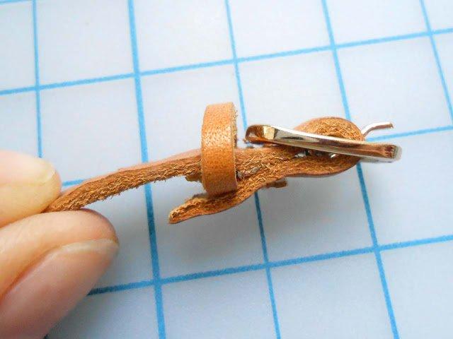 poner aro de cuero a tira de cuero con hebilla