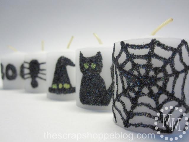velas blancas pintadas con motivos de Halloween
