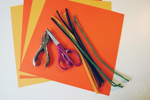 cartulinas y limpia pipas materiales para hacer calabazas Halloween