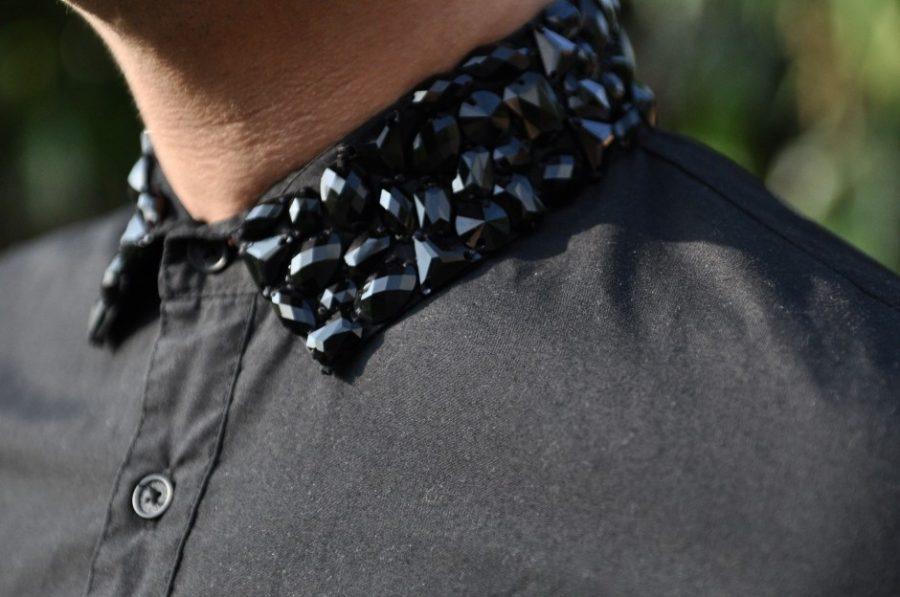 cuello de camisa decorado con abalorios en negro