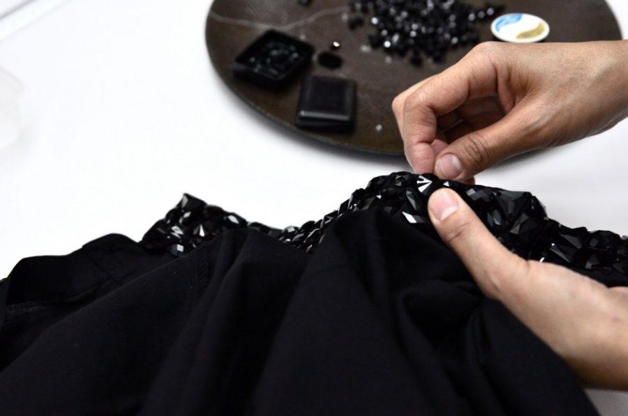 presionar abalorios negros sobre el cuello de una camisa