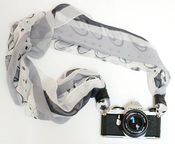 cámara de fotografia con pañuelo como correa