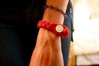 pulsera hecha con una trenza de camiseta