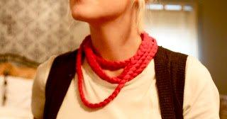 un collar hecho con una trenza de una camiseta