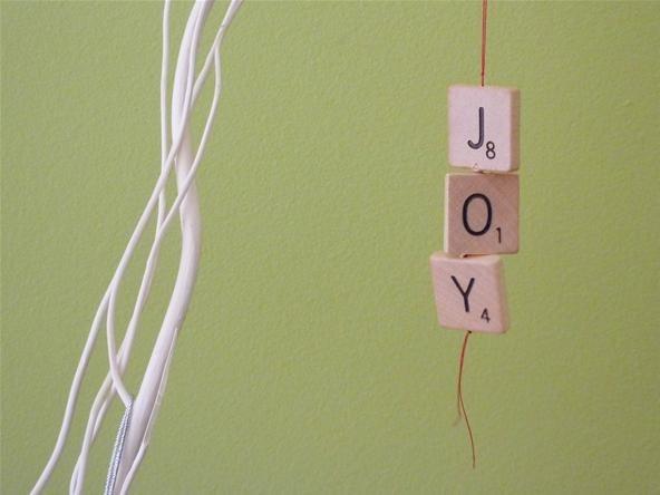 adorno de navidad hecho con fichas de madera de un Scrabble