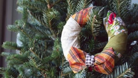 corona de navidad hecha con tela para decorar arbol