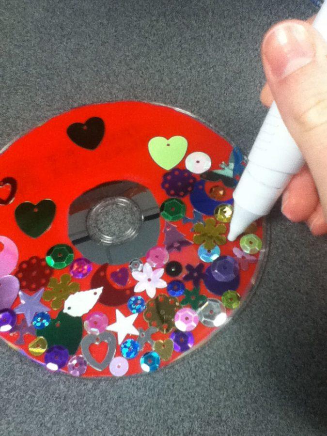 decoar cd rojo con lentejuelas