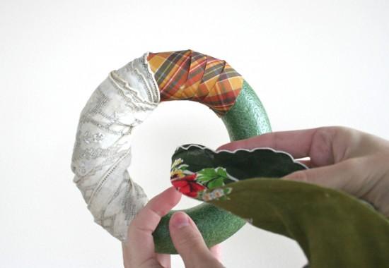 forrar aro con tela patchwork para hacer corona de Navidad