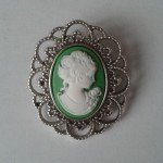 Base de camafeo con busto de mujer en verde para boda