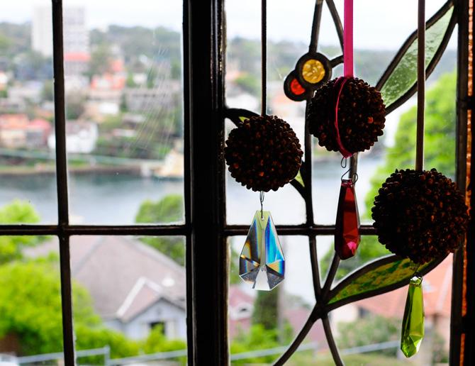 esferas navideñas hechas de clavo