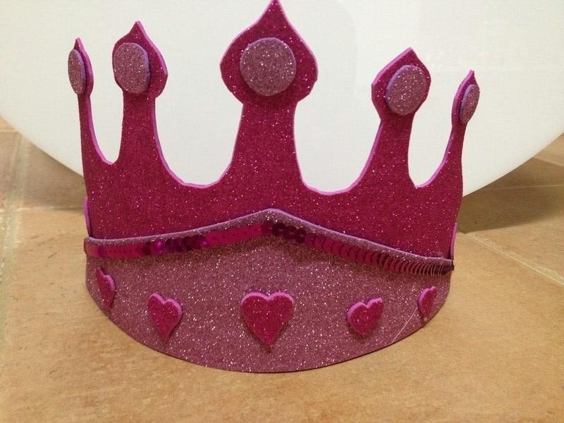 corona de goma eva para niña terminada para una fiesta infantil