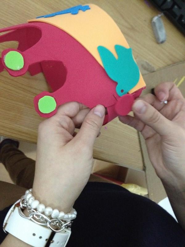 tapamos las grapas con una pieza de goma eva y así decoramos la corona