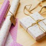 Envolver regalos con papel childhood