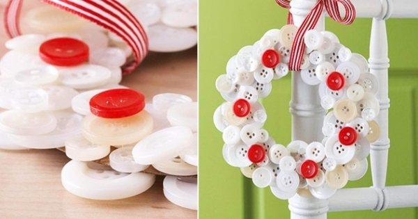 corona de navidad hecha con botones