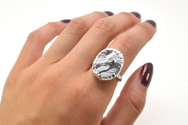 anillo hecho con pasta para modelar negra y blanca