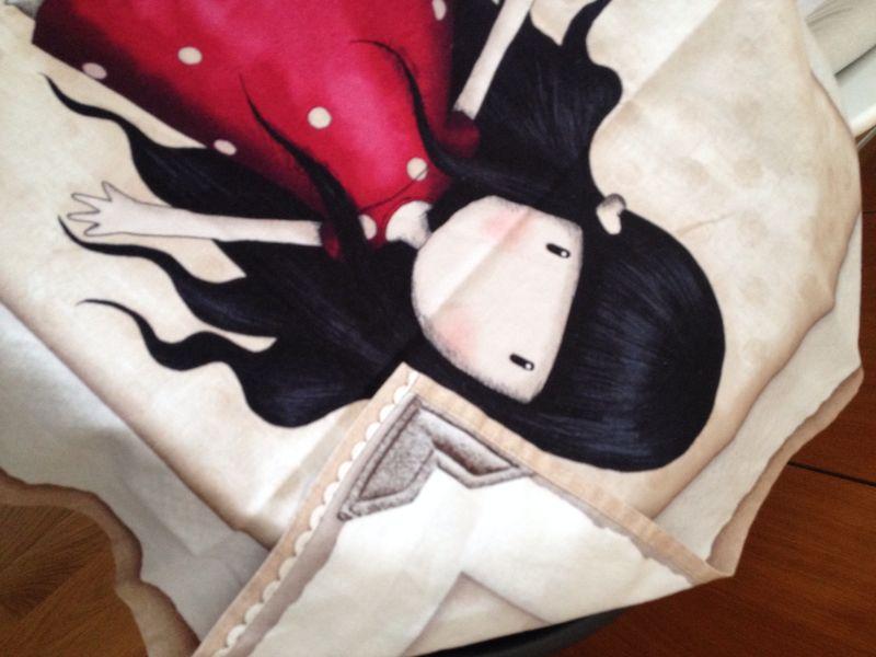Detalle dobladillo mantinta tela Gorjuss