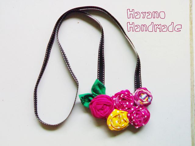 Cómo hacer un collar de flores utilizando cintas de tela - Blog ...