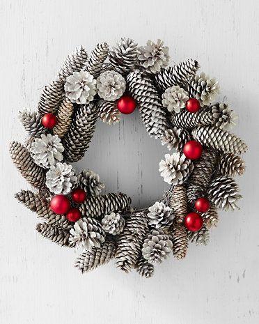 corona de Navidad con piñas