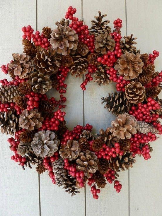corona de navidad con piñas y frutos rojos