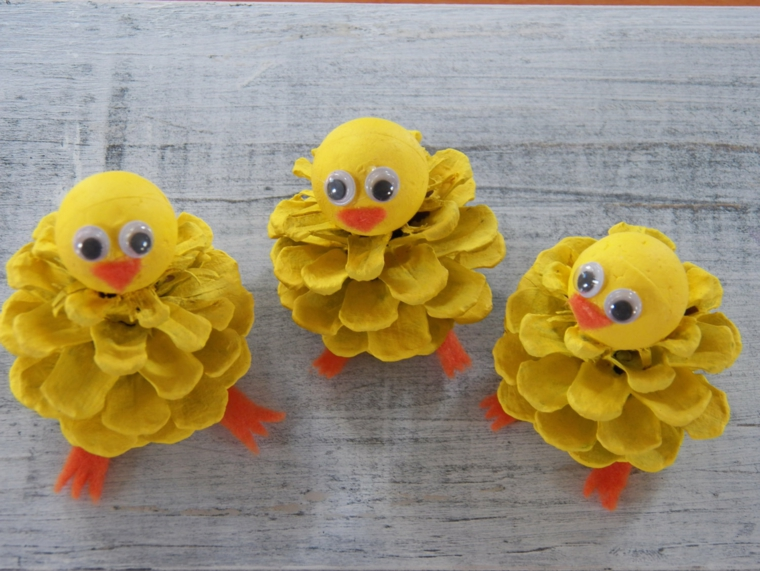 pollitos reciclando piñas