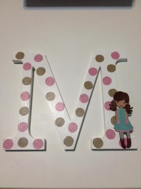 Letra de madera decorada y con plantilla de muñeca