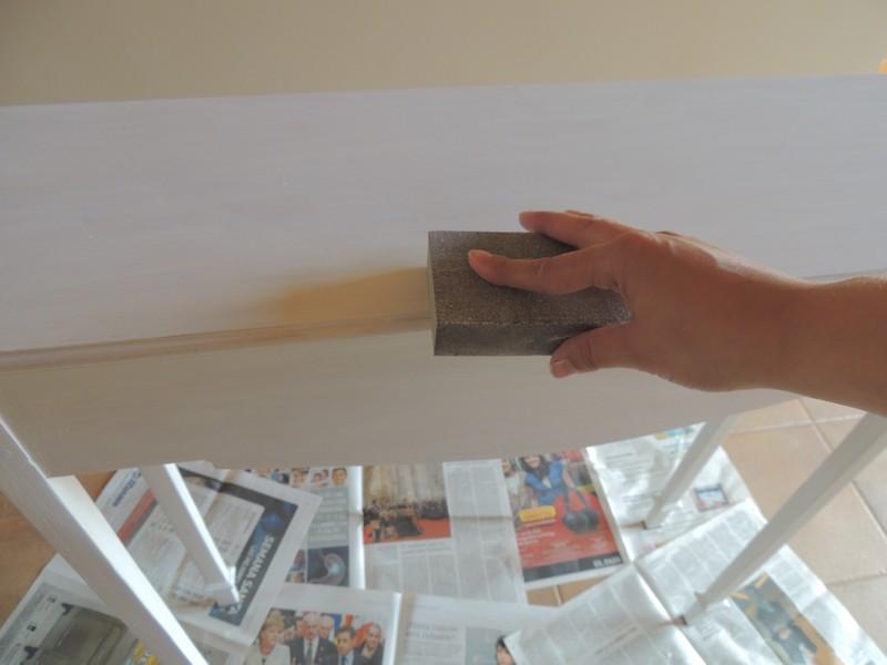 Ligamos ligeramente el mueble antes de pintar
