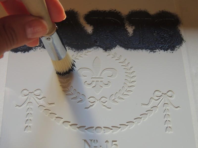 estarcir con un pincel y pintura sobre la plantilla