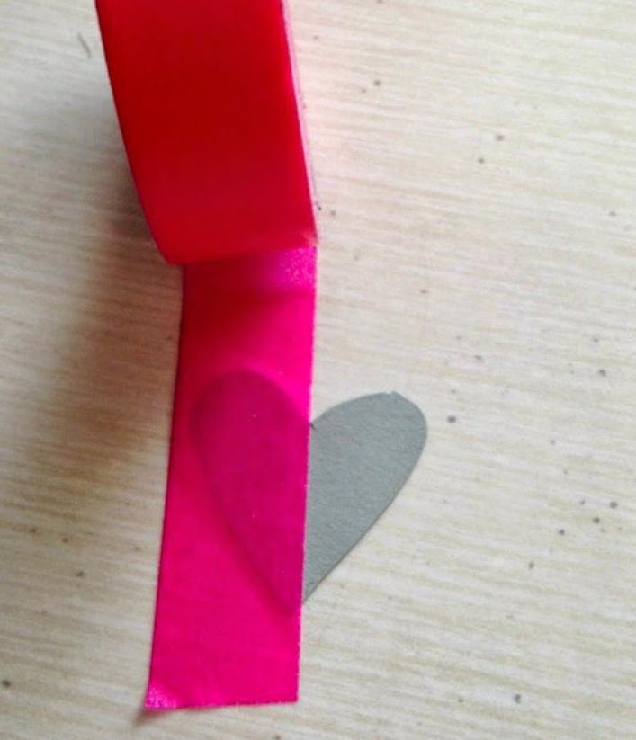 Superponemos la cinta sobre el dibujo de la cartulina