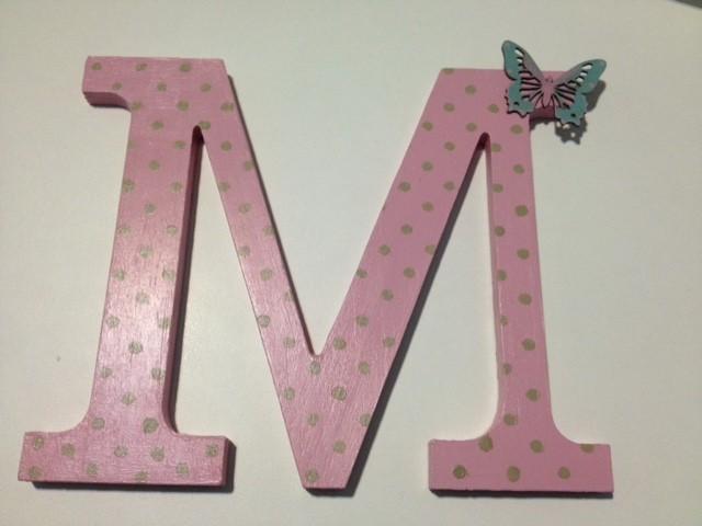 letra M decorada con topitos rosa