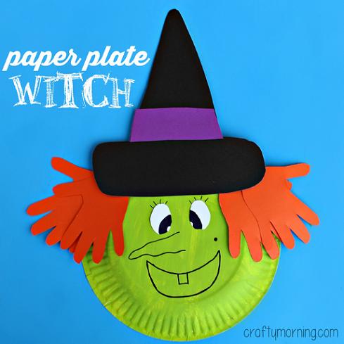 Bruja de halloween con un plato de cartón