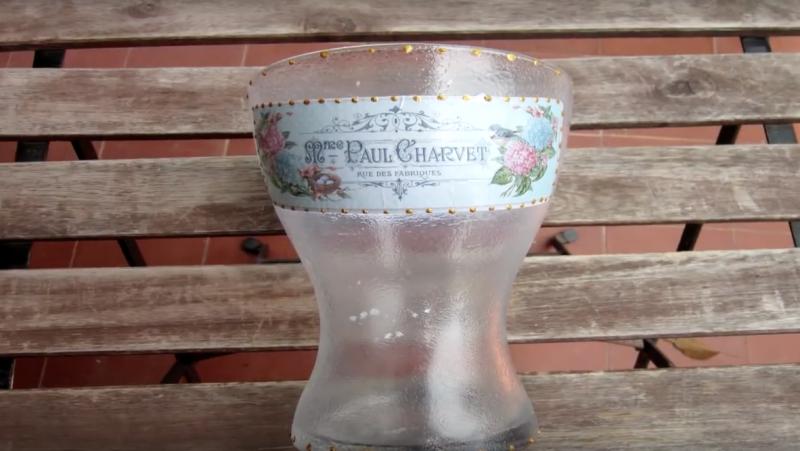 Jarrón decorado con la técnica de decoupage sobre cristal con relieve