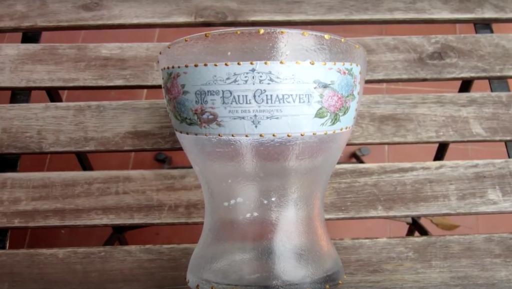 Jarrón de cristal decorado con decoupage y relieve de látex
