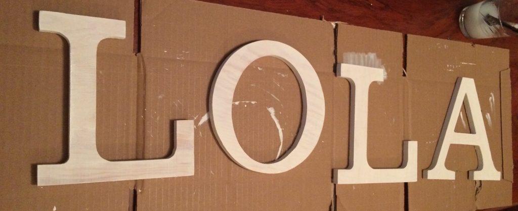 Imprimación de gesso en letras de madera