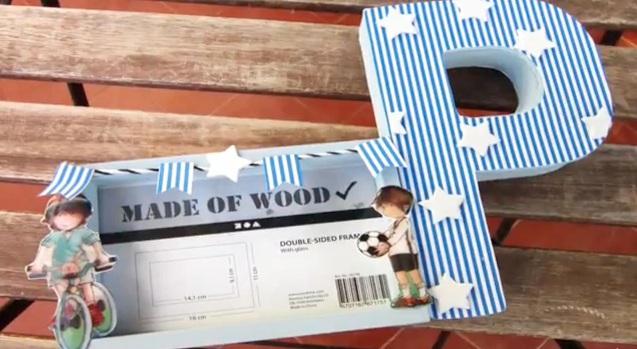 Idea para decorar un marco de fotos de madera con una letra de cartón a conjunto