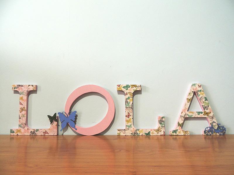 Letras de maderra decoradas con decoupage y pintura acrílica