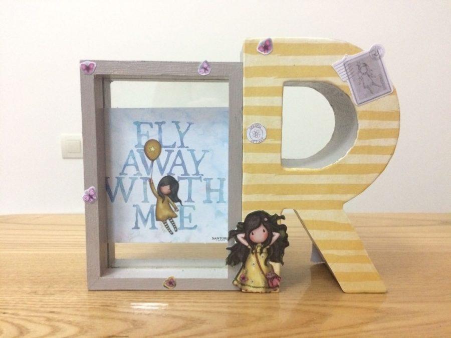 Marco de fotos de madera con una letra de cartón y muñecas Gorjuss